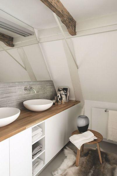 salle de bain avec plan de travail
